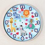 Stenska ura in samolepilne tapete so odlična dekoracija